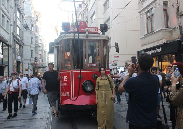 Nostaljik tramvayın enerji kablosu koptu