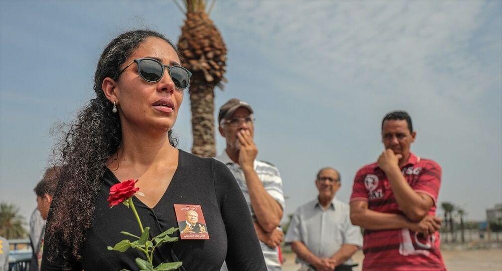 Tunus'ta tedavi gördüğü hastanede hayatını kaybeden Tunus Cumhurbaşkanı Baci Kaid es-Sibsi (93) için başkent Tunus'ta cenaze töreni düzenlendi. Sibsi'nin naaşı askeri konvoy eşliğinde, el-Cellaz Mezarlığına getirildi. Mezarlığın önünde konvoyun geçişini izleyen Tunuslular, gözyaşlarını tutamadı.