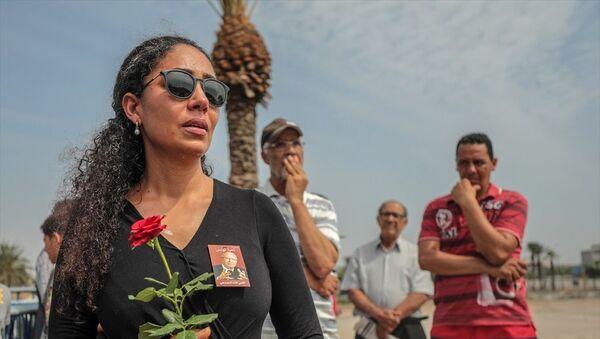 Tunus'ta tedavi gördüğü hastanede hayatını kaybeden Tunus Cumhurbaşkanı Baci Kaid es-Sibsi (93) için başkent Tunus'ta cenaze töreni düzenlendi. Sibsi'nin naaşı askeri konvoy eşliğinde, el-Cellaz Mezarlığına getirildi. Mezarlığın önünde konvoyun geçişini izleyen Tunuslular, gözyaşlarını tutamadı. - Sputnik Türkiye