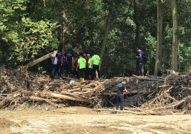 Su baskını ve toprak kayması yaşanan Düzce'nin Akçakoca ilçesine bağlı Uğurlu köyüne 1 kilometre uzaklıkta bir çocuk cesedi bulundu.