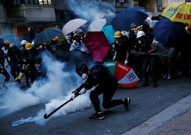 Hong Kong'da Çin İrtibat Bürosu'na yürüyen protestocularla polis arasında şiddetli çatışmalar çıktı
