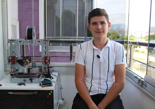 Amasya'nın Taşova ilçesinde lise son sınıf öğrencisi Selahattin Yeşil, yurt dışından getirttiği parçalarla 3D yazıcı yaptı. Makine mühendisliği okumayı düşünen Yeşil, 2 ay içinde 3D yazıcı yaptı.