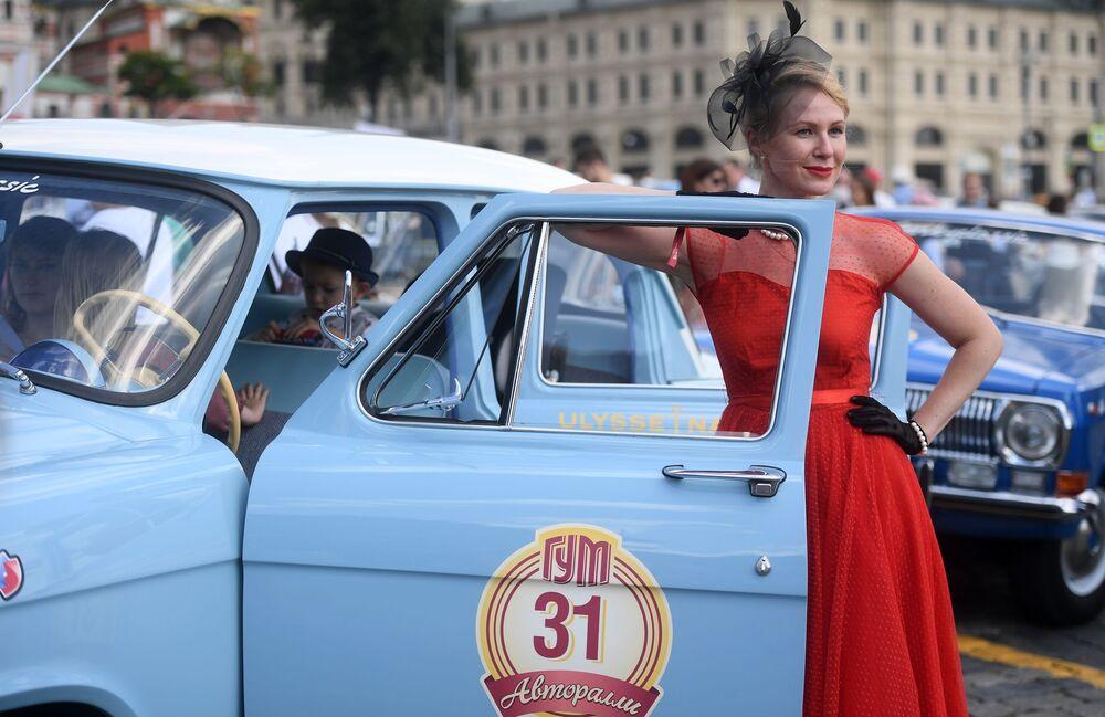 Moskova'nın merkezindeki Kızıl Meydan'da düzenlenen ve Sovyet Birliği'nde 1930-1970'li yıllarda üretilmiş arabaların yarıştığı GUM Otomobil Rallisi'nin katılımcılarından biri.