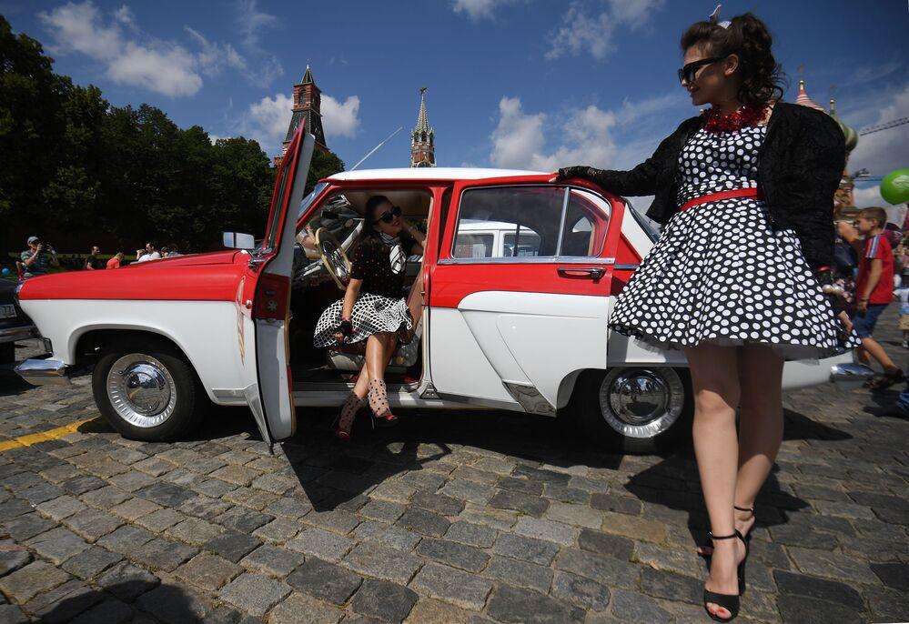 Katılımcılarının Sovyet dönemine ait giysiler ve saç modelleri de rallinin parçası haline geldi.