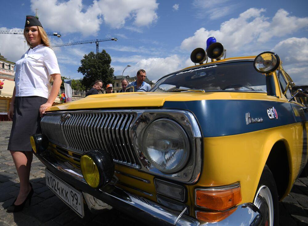 GUM Otomobil Rallisi sıradan bir otomobil yarışı değil. Bu etkinlik kapsamında Rus tarihinin bir dönemi de yeniden canlandırılmaya çalışılıyor.