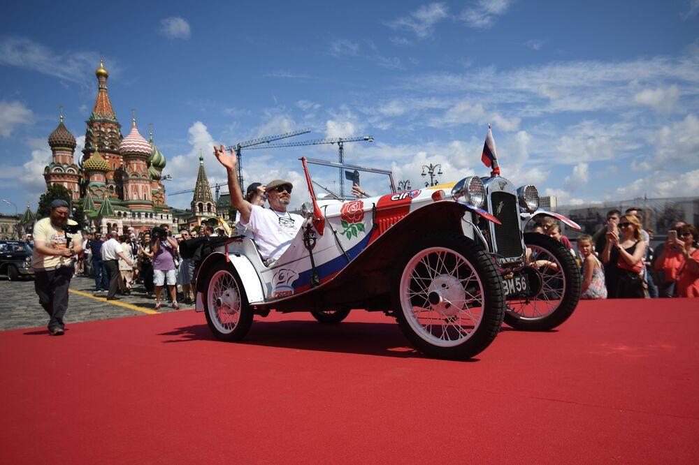 Moskova'daki GUM Otomobil Rallisi'nin konuklarından 1937 yapımı İngiliz Austin spor otomobili.