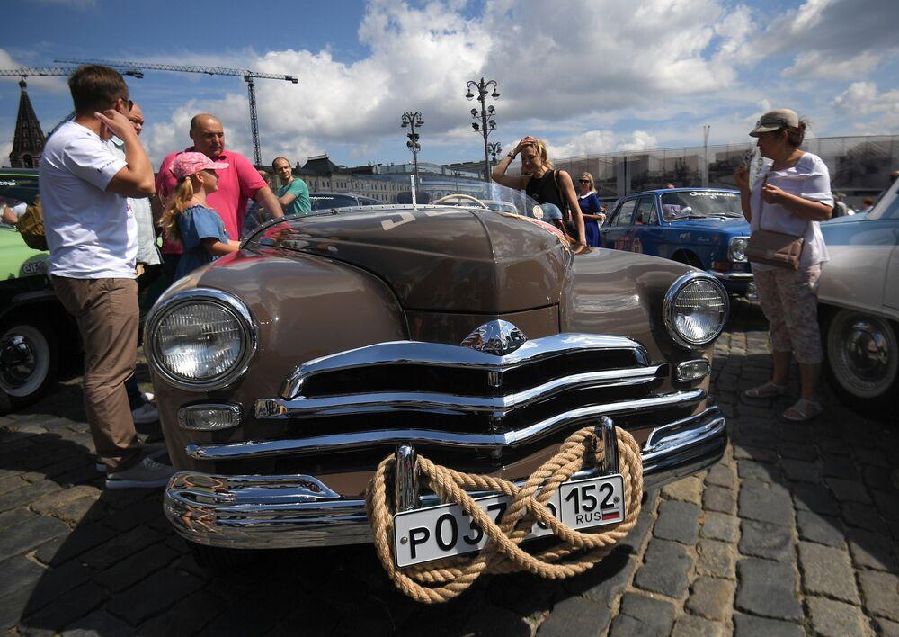 Antika otomobil rallisinde Pobeda, Çayka, GAZ, Moskviç ve ZiL gibi klasik Sovyet otomobilleri boy gösterdi.