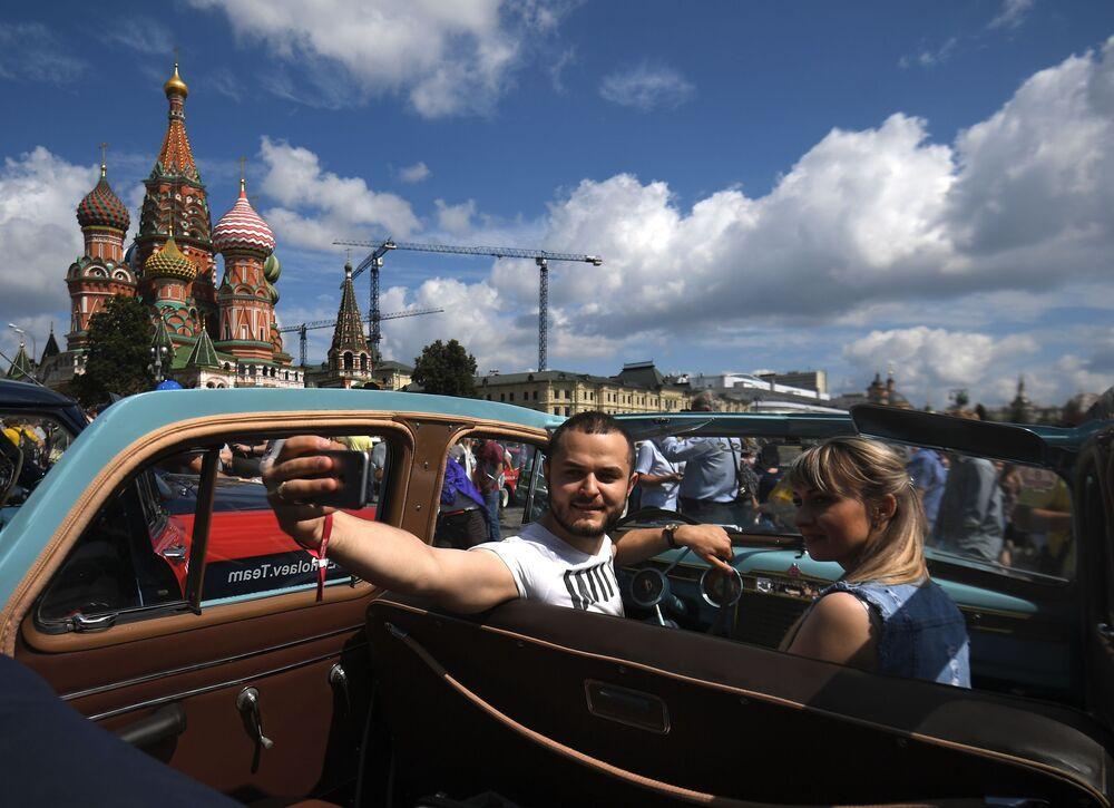 Önceki yıllarda olduğu gibi, bu yılki yarışa da ülkenin  farklı kentlerinden klasik otomobil takımları katıldı.