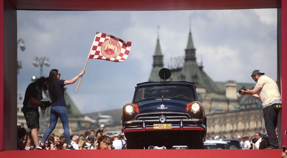 Klasik otomobil rallisine katılan Volga arabası.