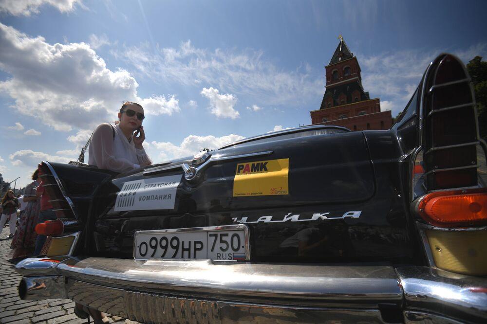 Başkent Moskova'daki Kızıl Meydan'da gelenek haline gelmiş olan GUM Otomobil Rallisi'ne katılan Sovyet yapımı Çayka otomobili.