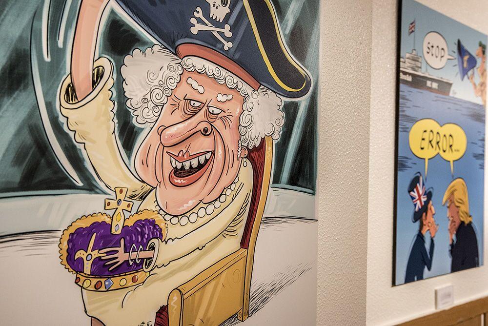 Tahran'da açılan 'Deniz Korsanı Kraliçe' karikatür sergisinde yer alan karikatürlerin baş karakterleri, İngiltere Kraliçesi II. Elizabeth ve ABD Başkanı Donald Trump.