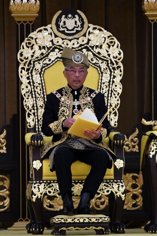 Malezya tarihinde ilk defa görev süresini tamamlamadan istifa eden kral olarak tarihe geçen Sultan Muhammed'in tahtı neden bıraktığına dair resmi bir açıklama yapılmamıştı. Ülke basınında çıkan haberlerde Sultan Muhammed'in, geçen yıl Rus güzellik kraliçesi Okşana Voyvodina ile evlenmesi nedeniyle sarayın baskısından ötürü görevini bıraktığı iddia edilmişti.