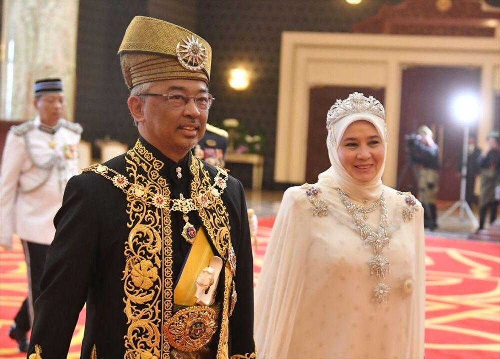 Prenslik makamını 44 yıldır koruyan Abdullah, İngiltere'deki Galler Prensi Charles'ın ardından en uzun süre prenslik yapan kraliyet üyesi olarak biliniyor. 88 yaşındaki Pahang kralı Sultan Ahmed'in ilerleyen yaşı ve sağlık sorunları nedeniyle ülke krallığına uygun görülmeyeceği öne sürülmüş ve Pahang eyaleti krallığı yetkililerinin Sultan Ahmed'in en büyük oğlu Abdullah'ı tahta çıkarma kararı aldığı belirtilmişti. Sultan Abdullah, Malezya kralı seçilmesinden önce 15 Ocak'ta Pahang eyaleti kralı olarak tahta çıkmıştı.