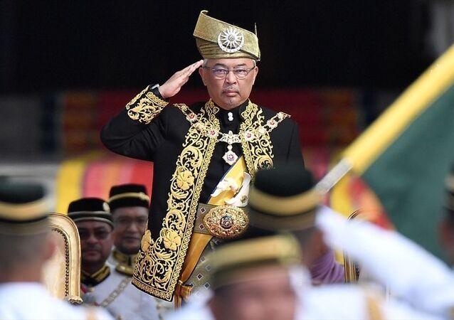 Bağımsızlığını 1957'de Malaya Federasyonu adı altında ilan eden Malezya, anayasal monarşi sistemiyle yönetiliyor. Ülke yönetiminde sembolik rolü olan Malezya Kralı, yetkilerinin büyük çoğunluğunu seçilmiş hükümetin danışma ve rızası kapsamında kullanabiliyor. Genel seçimlerin ardından başbakan, bakanlar kurulu ve eyalet sultanlarından oluşan Yöneticiler Konferansı üyeleri, kralın atamasıyla göreve başlıyor. Yasama organına herhangi bir etkisi bulunmayan kral, sadece başbakanın talebi üzerine meclisi feshedebiliyor.