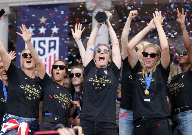 ABD kadın futbol milli takımı kaptan Megan Rapinoe'nin elindeki Dünya Kupası ile geri döndüğü New York'ta kahraman gibi karşılanırken