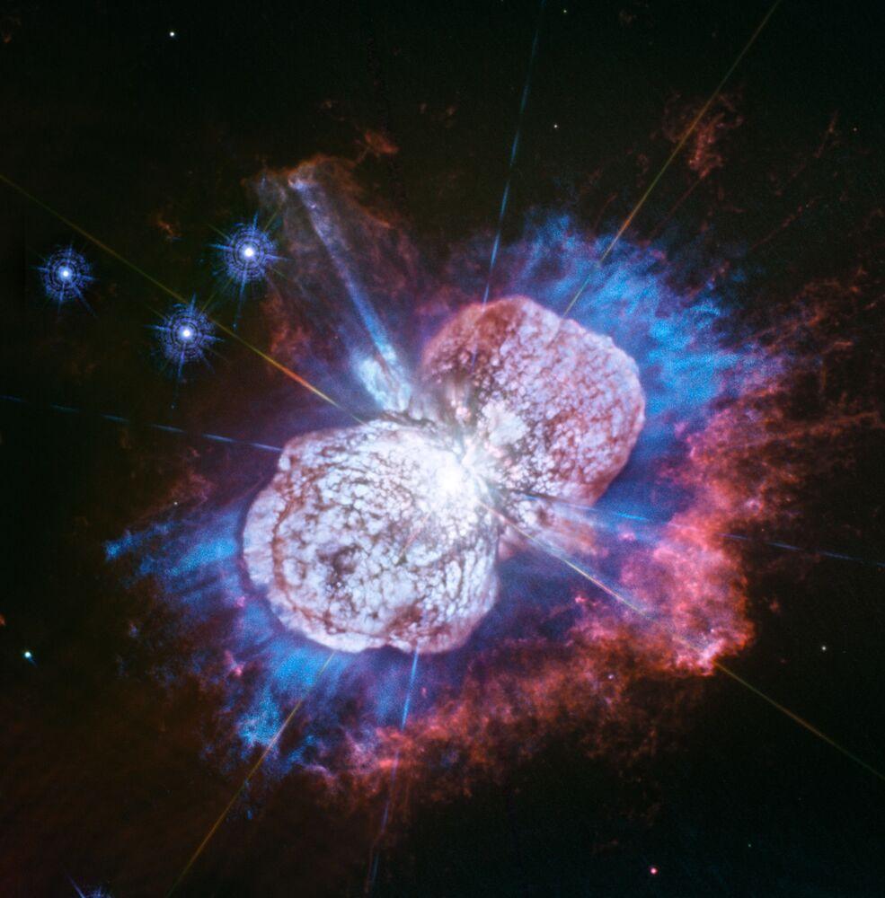 Hubble Uzay Teleskobu tarafından alınan fotoğrafta  Samanyolu'ndaki en parlak ve büyük kütleli yıldızlardan biri olan Eta Carinae görüntülendi. Bizden 7.500 ışık yılı kadar uzakta yer alan bu yıldız, Güneş'ten en az 150 kat daha fazla kütleyе sahip.