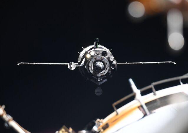 Soyuz MC-13 uzay aracı Uluslararası Uzay İstasyonu'nda  görev başında.
