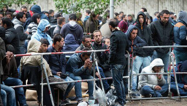 Berlin eyaletinin Sağlık ve Sosyal Yardım Ofisi önünde bekleyen sığınmacılarla göçmenler (2015) - Sputnik Türkiye