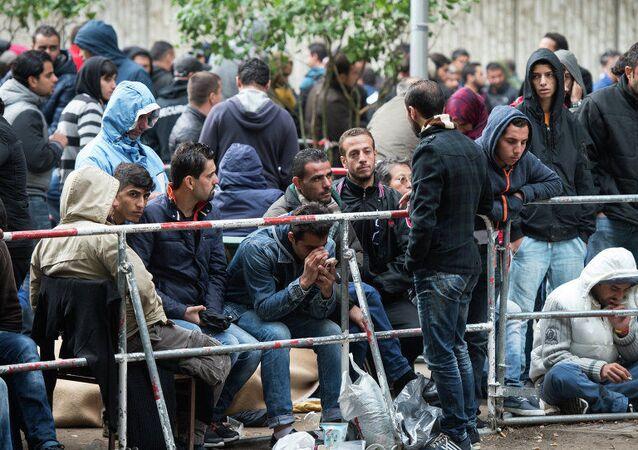 Berlin eyaletinin Sağlık ve Sosyal Yardım Ofisi önünde bekleyen sığınmacılarla göçmenler (2015)