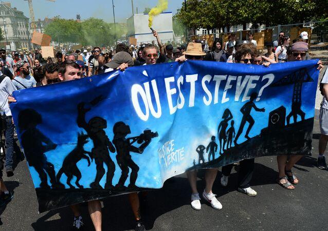 Nantes'da polis saldırısı yüzünden nehre düşüp boğulan 24 yaşındaki Steve Canico için düzenlenen protestolardan biri.