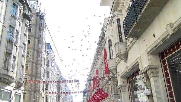 İstiklal Caddesi'nde gökten para yağdı - Sputnik Türkiye