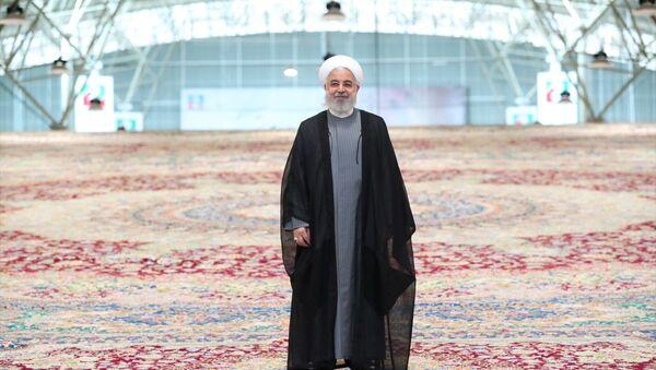İran, dünyanın en büyük tek parça el dokuma halısını tanıttı. Cumhurbaşkanı Hasan Ruhani'nin katılımıyla Tebriz kentinde tanıtılan el dokuma halısının 600 metrekare olduğu ve 6 senede tamamlandığı belirtildi. - Sputnik Türkiye