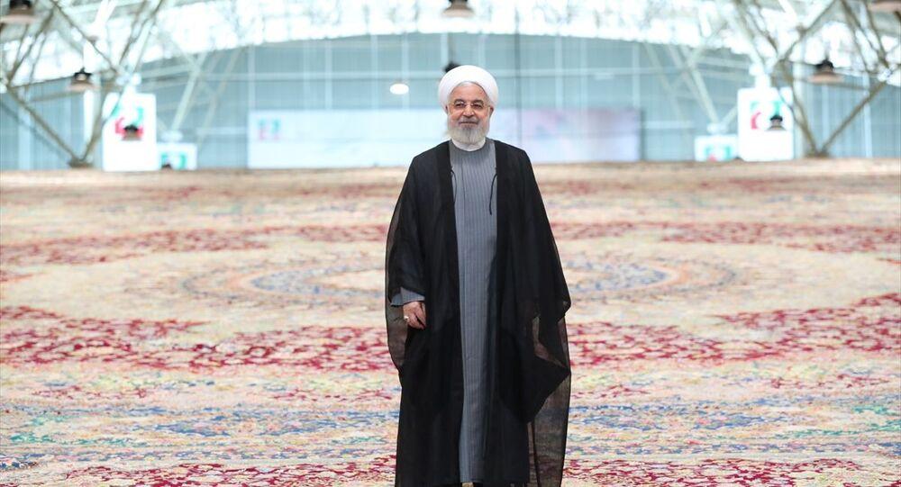 İran, dünyanın en büyük tek parça el dokuma halısını tanıttı. Cumhurbaşkanı Hasan Ruhani'nin katılımıyla Tebriz kentinde tanıtılan el dokuma halısının 600 metrekare olduğu ve 6 senede tamamlandığı belirtildi.