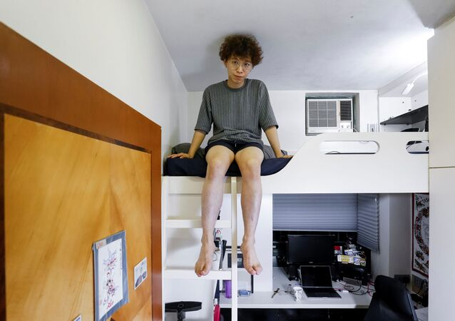 25 yaşındaki  grafik tasarımcısı Fung Cheng, erkek kardeşiyle paylaştığı 5 metrekarelik odasında.