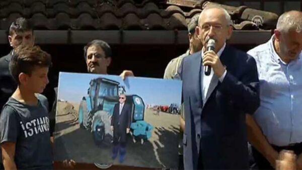 CHP Genel Başkanı Kemal Kılıçdaroğlu Rize Fındıklı'da halka hitap etti. Kılıçdaroğlu, Cmhurbaşkanı Erdoğan'ın sosyal medyada gündem olan 'galoşlu' fotoğrafına tepki gösterdi. - Sputnik Türkiye