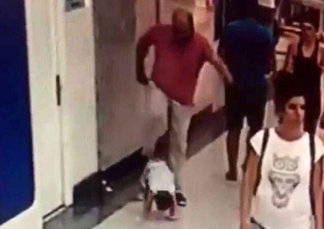 Çocuğuna tekme atan baba serbest bırakıldı
