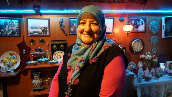 Yakınlarını kanser nedeniyle kaybeden 60 yaşındaki Raziye Balcı, bu hastalığa yakalanma kaygısıyla İstanbul'dan ayrılarak yerleştiği Isparta'daki köy evinde 3 bin antika eserin yer aldığı müze oluşturdu. - Sputnik Türkiye