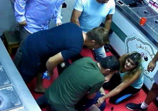 İzmir'de dondurma satışı yaparken ani solunum durmasından dolayı kriz geçiren Nazmi Altıntaş, dondurma sırası bekleyen Acil Tıp Teknisyeni Özlem Ensari tarafından kalp masajı yapılarak hayata döndürüldü.