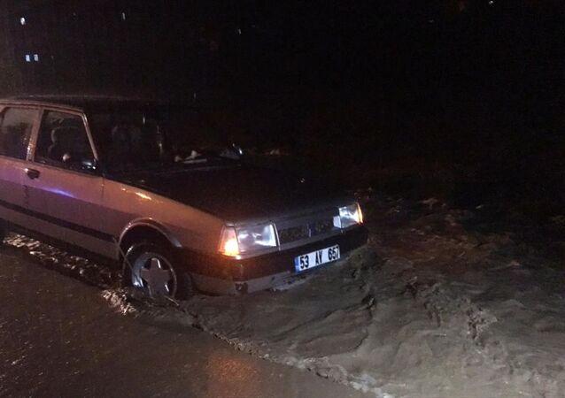 Rize'deki sağanak nedeniyle otomobilde mahsur kalan 3 kişiden 2'si kurtarılırken, sele kapılan bir kişi kayboldu.