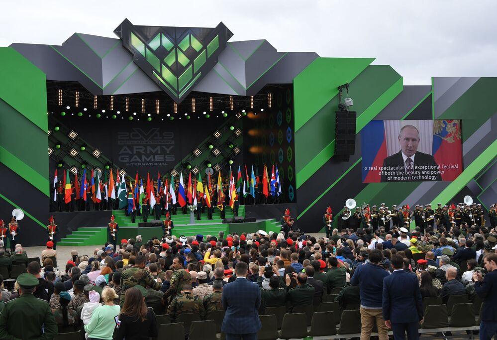 Rusya Devlet Başkanı Vladimir Putin, yaptığı açıklamada Uluslararası Ordu Oyunları Army-2019'un katılımcılarını selamladı, askeri oyunların insanların arasındaki güven ve dostluğun şöleni olduğunu belirtti. Rus lider, ordu oyunlarının formatının uluslararası işbirliğinin geliştirilmesine, ülkelerin, Avrasya kıtasının ve tüm dünyanın güvenliğini sağlamak için yapıcı işbirliğinin güçlendirilmesine sağladığı katkıya dikkat çekti.