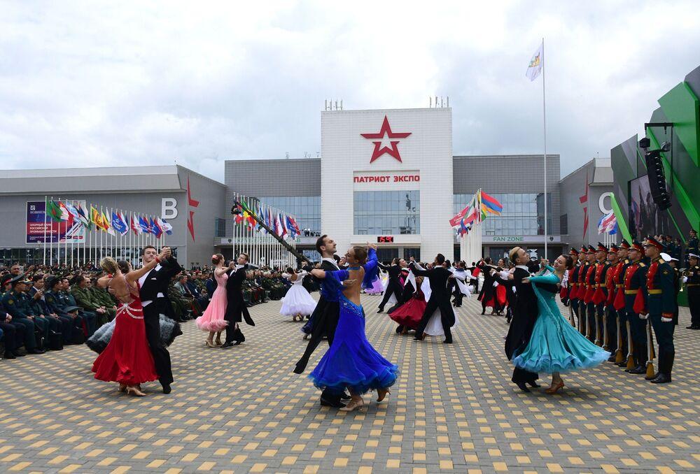 Army-2019 açılış törenine katılan dans topluluğunun gösterisi.