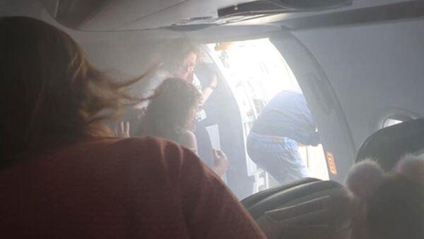 British Airways'e ait yolcu uçağı kabini duman dolması sonrası Valensiya'ya acil iniş yaptı. - Sputnik Türkiye