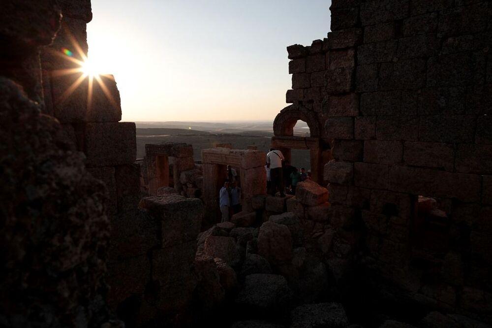 Dünyanın her yerinden birçok bürokrat, çok sayıda tanınmış insan, arkeologlar Mithras'ın gizemini bilmek için Zerzevan'a geliyor. Bazı devlet bakanları ve bürokratların da resmi programları dışında Zerzevan'a gelerek Mitras Tağınağı'nı ziyaret ettiği belirtiliyor.