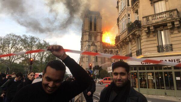 İngiliz Guardian gazetesi, Paris'teki Notre Dame Katedrali yangını sırasında Sputnik Fransa muhabirinin çektiği ve internette yayılan fotoğrafın sahte olduğunu ileri sürmesi nedeniyle özür diledi.  - Sputnik Türkiye