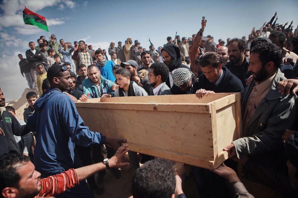 Libya'da Kaddafi yanlısı güçler ile isyancı gruplar arasındaki mücadelenin  yapıldığı cephelerden biri olan Ecdebiye kentinde çatışmalar sonucu hayatını kaybeden sivillerin cenaze töreni.