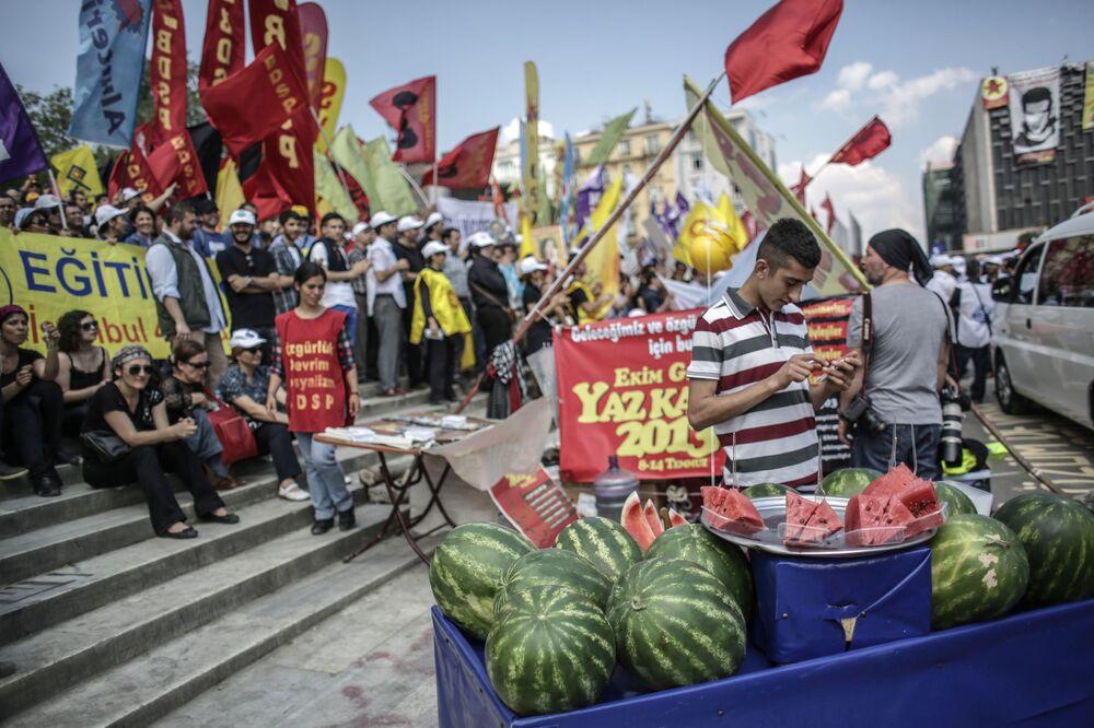 Taksim'de  düzenlenen Gezi Parkı gösterilerinin  katılımcıları.