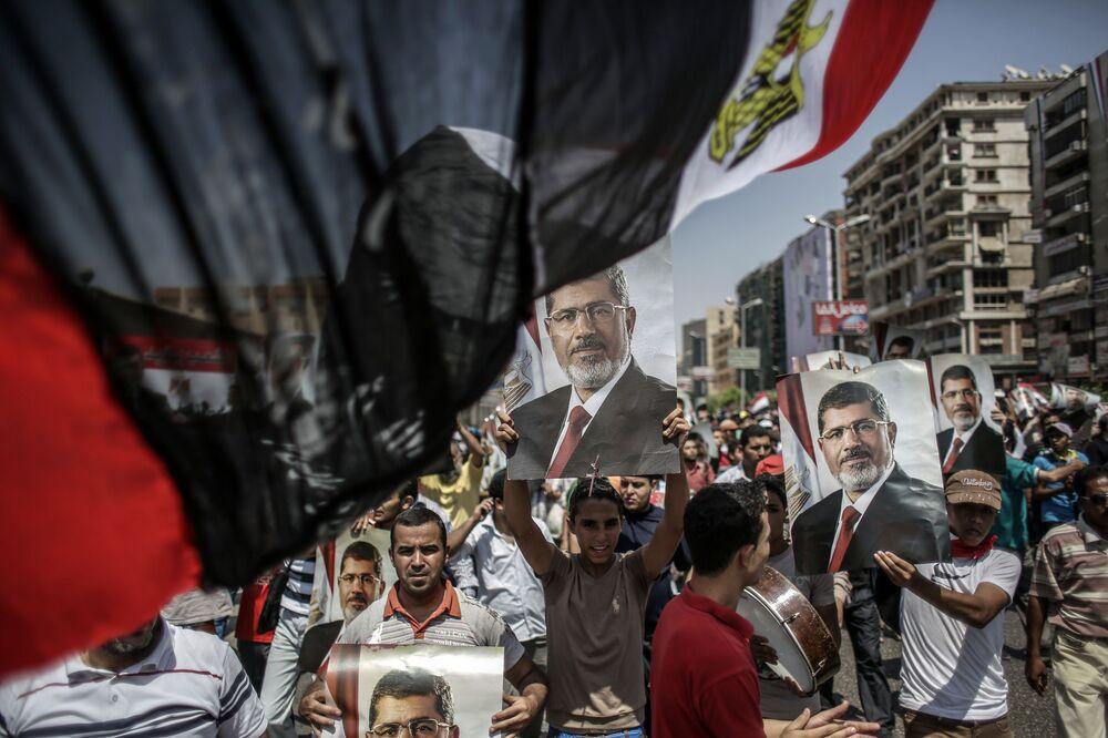Mısır'ın başkenti Kahire'de protesto gösterisini yapan devrik Cumhurbaşkanı Muhammed Mursi'nin yanlıları.