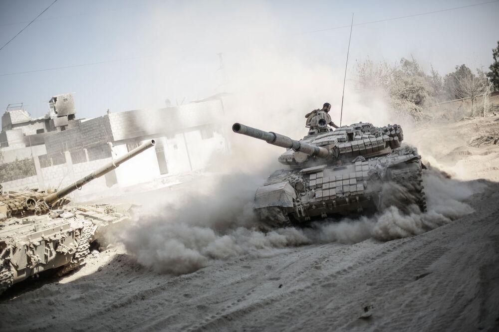 Suriye'de Şam'ın banliyösü Cobar'ın güney cephesinde savaşan hükümet güçleri.