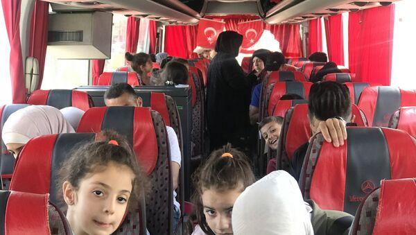 Esenyurt Belediyesi 115 Suriyeliyi daha ülkelerine yolcu etti. - Sputnik Türkiye