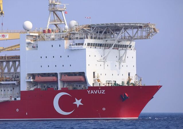Gemi, 12 bin 200 metre derinliğe kadar çok yüksek basınç altında ve yüksekliği 6 metreye kadar olan dalgalarda dahi sondaj yapabiliyor. Çalışmalarını çevreye zarar vermeden gerçekleştiren Yavuz, aktif konumlandırma sitemine sahip.