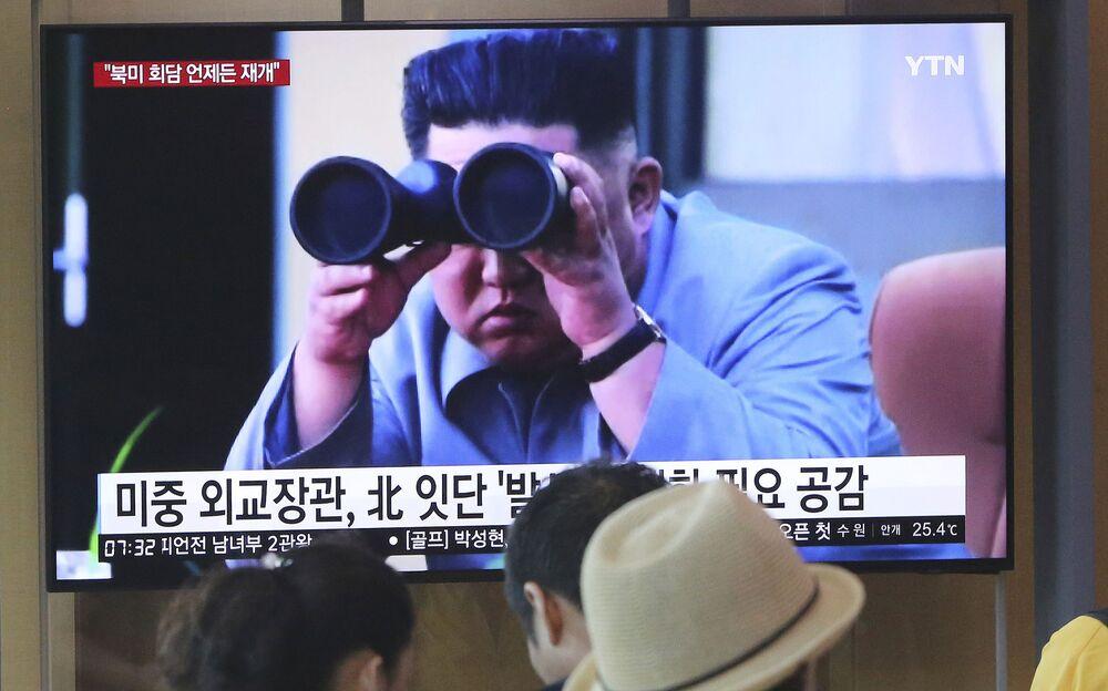 Güney Kore'de yayınlanan haberlerde yer alan füze denemesini takip eden Kuzey Kore lideri Kim-Jong-un görüntüsü.