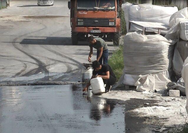 Tanker devrildi, akan mazotu vatandaşlar götürdü