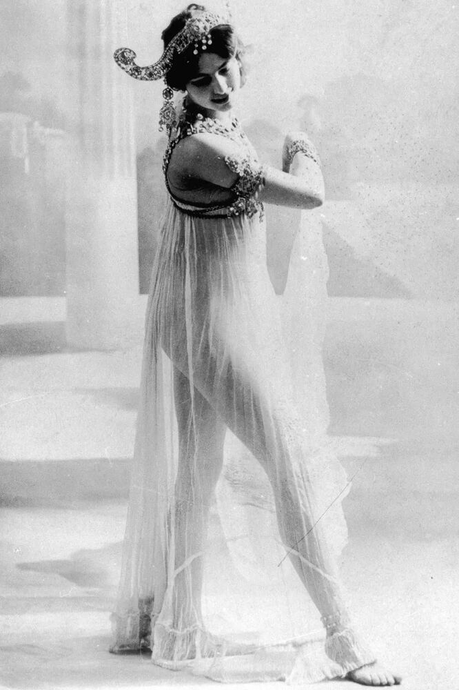 1. Dünya Savaşı başladığında Mata Hari Berlin'deydi. Dansı, aşkları ve savurgan hayat tarzı onu zamanının en kötü şöhretli kadınlarından biri yaptı. Savaşın başlamasıyla işleri durgunlaşan Mata Hari, casusluğa  başladı. Fransız, İngiliz, Rus subay ve devlet adamlarından topladığı çok gizli askerî bilgileri kızına yazılmış masum mektuplar halinde özel diplomatik kurye ile Paris'ten Almanlara ulaştırıyordu.