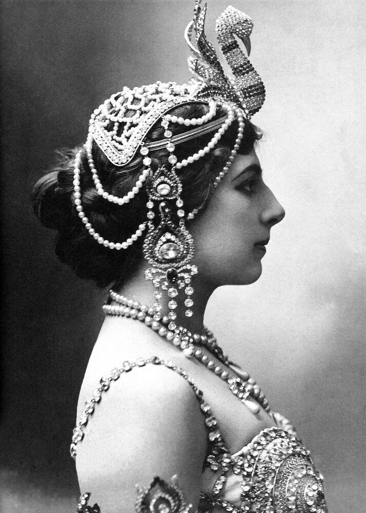 Hollanda'ya dönüşünde  Mata Hari kocasından ayrılarak Paris' e yerleşti. Kendi başına kalan ve paraya ihtiyacı olan Hari, Paris salonlarında gösteriler yapan dansçı kariyerine başladı. Java tapınak dansından uyarladığı erotik dansı ve yarı çıplak sergilediği gösteri sayesinde kısa sürede Paris'in diline düştü. Zamanının en yüksek ücretli dansçılarından biri oldu.  Şöhreti Paris'in dışına çıkıp Londra, Viyana, Berlin ve Roma gibi Avrupa'nın önemli şehirlerine yayıldı. Buralarda ilgili devletlerin hükümetlerinde görev yapan önemli kişilerle yakınlık kurdu.