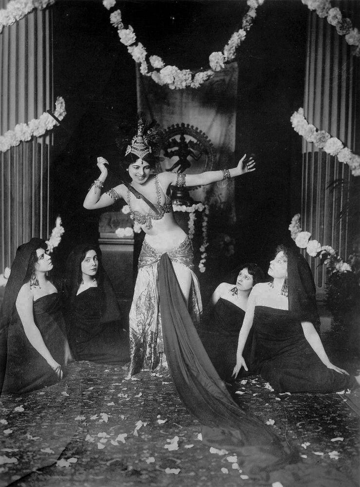 13 Mart 1905'te Mata Hari, Paris'teki Guimet Müzesi'nde düzenlenen seçkin bir davette Hintlerin mukaddes danslarını canlandırdı. Orada bulunanlar yalnız güzelliğine karşı hayran olmakla kalmayıp, derin bilgisini de hayretle karşıladı.
