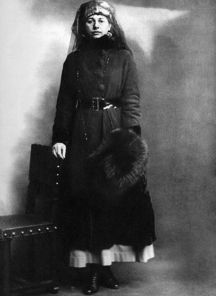 Mata Hari, 24 Temmuz 1917 tarihinde hakim karşısına çıktı. Askeri bilgilere ulaşmak için cinsel kimliğini kullandığı,  değerli bilgileri Almanlara verdiği ve binlerce müttefik askerin hayatını kaybetmesine neden olduğu iddia edildi. Kendisine yöneltilen tüm suçlamaları reddeden  Mata Hari, kuvvetli delil bulunamamasına rağmen idama mahkum edildi.